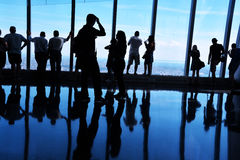 Backlit Silhouetten, Mensen die Mening van Één World Trade Centerwaarnemingscentrum bekijken, Manhattan stock foto