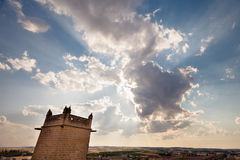 Backlit wolken bij zonsondergang met kerktoren royalty-vrije stock foto
