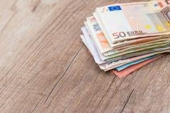 backnote för euro 50 på skrivbordet Fotografering för Bildbyråer