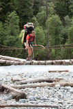 Backpacer que cruza el puente. Fotos de archivo