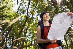 backpack γυναίκα χαρτών στοκ φωτογραφίες