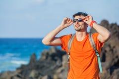 backpack νεολαίες πορτρέτου ατόμων γυαλιών Στοκ Εικόνα