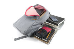 backpack πλήρεις σχολικές προμή&the Στην άσπρη ανασκόπηση Στοκ Εικόνα