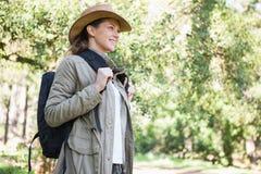 backpack χαμογελώντας γυναίκα Στοκ φωτογραφία με δικαίωμα ελεύθερης χρήσης