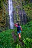 Backpack a cachoeira Imagem de Stock Royalty Free