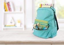 Backpack com fontes de escola na tabela sobre o interior educacional borrado imagens de stock royalty free