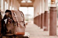 Backpack sulla stazione ferroviaria, da solo e sull'attesa per viaggiare, pantaloni a vita bassa Immagini Stock Libere da Diritti