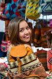 Backpacke красивой женщины нося, андийская традиционная пряжа ткани одежды и сплетенный вручную в шерстях, красочных Стоковые Фото