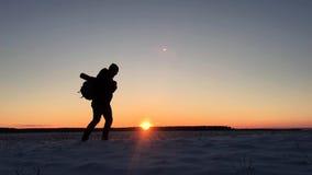 Backpacker που περπατά στο βουνό χιονιού το χειμώνα Περίπατοι οδοιπόρων στο χιόνι στο ηλιοβασίλεμα Άτομο με την οδοιπορία σακιδίω απόθεμα βίντεο