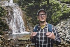 Backpacker που στέκεται και που ανατρέχει κοντά στην έννοια προορισμού ταξιδιού ταξιδιών καταρρακτών Στοκ Εικόνα