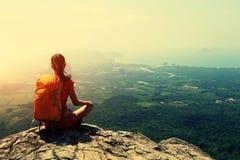 Backpacker που στο μέγιστο απότομο βράχο βουνών στοκ φωτογραφία με δικαίωμα ελεύθερης χρήσης