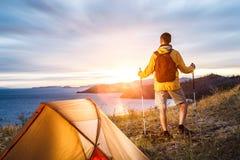 Backpacker σε ένα στρατόπεδο Στοκ εικόνα με δικαίωμα ελεύθερης χρήσης