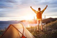 Backpacker σε ένα στρατόπεδο Στοκ εικόνες με δικαίωμα ελεύθερης χρήσης