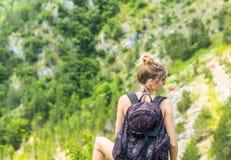 backpacker στήριξη κοριτσιών Στοκ εικόνες με δικαίωμα ελεύθερης χρήσης
