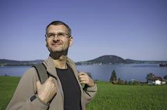 Backpacker στη λίμνη Στοκ φωτογραφία με δικαίωμα ελεύθερης χρήσης