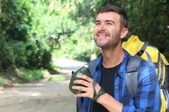 Backpacker держа буфет воды металлический с космосом экземпляра стоковая фотография rf