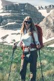 Backpacker девушки в горах Стоковое Изображение RF