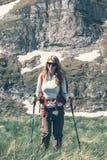 Backpacker девушки в горах Стоковое Фото