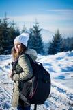 Backpacker девушки идя в лес горы зимы Стоковое Изображение