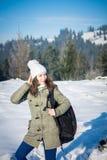 Backpacker девушки идя в лес горы зимы Стоковая Фотография