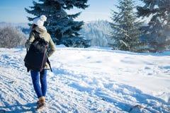Backpacker девушки идя в лес горы зимы Стоковое Изображение RF
