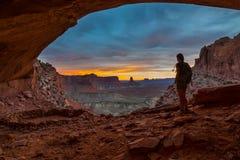 Backpacker девушки смотря красивый заход солнца Стоковые Фото
