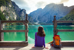 Backpacker девушки смотря озеро Braies Стоковые Фото