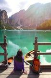 Backpacker девушки смотря озеро Braies Стоковое фото RF