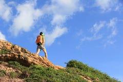 Backpacker женщины взбираясь на горной тропе взморья Стоковая Фотография