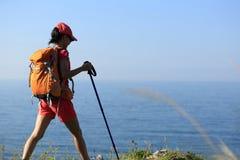 Backpacker женщины идя на горную тропу взморья Стоковое Фото