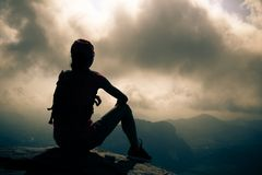 Backpacker женщины на верхней части горы восхода солнца Стоковое Изображение