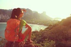 Backpacker женщины на горе взморья Стоковые Изображения