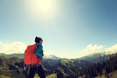Backpacker женщины на горной тропе леса Стоковое Фото