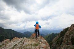Backpacker женщины на горной тропе леса Стоковая Фотография RF