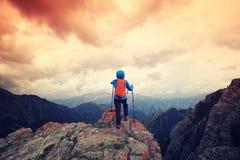 Backpacker женщины на горной тропе леса Стоковые Изображения RF