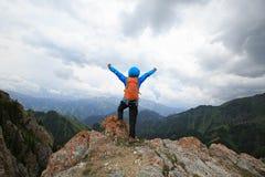 Backpacker женщины на горной тропе леса Стоковое Изображение RF