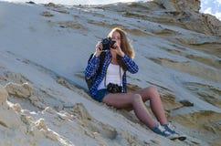 Backpacker женщины путешествуя в пустыне Стоковые Изображения