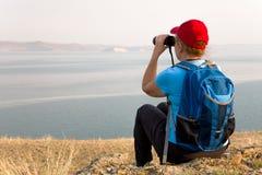 Backpacker женщины смотрит ландшафт Стоковые Изображения