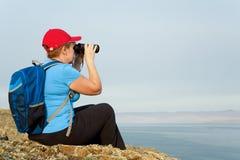 Backpacker женщины смотрит ландшафт Стоковое Фото