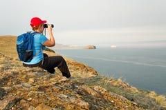 Backpacker женщины смотрит ландшафт Стоковое фото RF