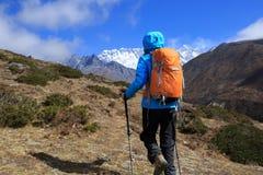 Backpacker женщины trekking на горах Гималаев Стоковая Фотография RF