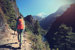 Backpacker женщины trekking на горах Гималаев Стоковые Фото