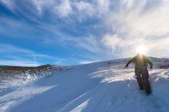 Backpacker женщины trekking на снеге на Альпах Вид сзади, образ жизни зимы, холодное чувство, звезда солнца в backlight Стоковая Фотография