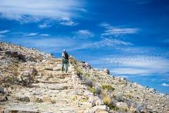 Backpacker исследуя величественный Inca отстает на острове Солнця, озере Titicaca, среди самого сценарного назначения перемещения стоковое изображение