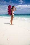 Backpacker на пляже Стоковая Фотография