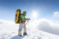 Backpacker представляет в горах зимы Стоковое Изображение RF