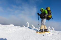 Backpacker представляет в горах зимы Стоковое Изображение