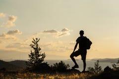 Backpacker смотря небо Стоковая Фотография RF
