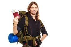 Backpacker человека туристский держа деньги и пасспорт Стоковая Фотография