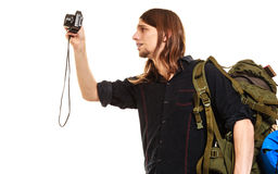 Backpacker человека туристский принимая фото с камерой Стоковые Фото